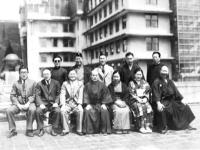 """Основатель и Такума Хиса с членами газеты """"Асахи-ньюс"""""""